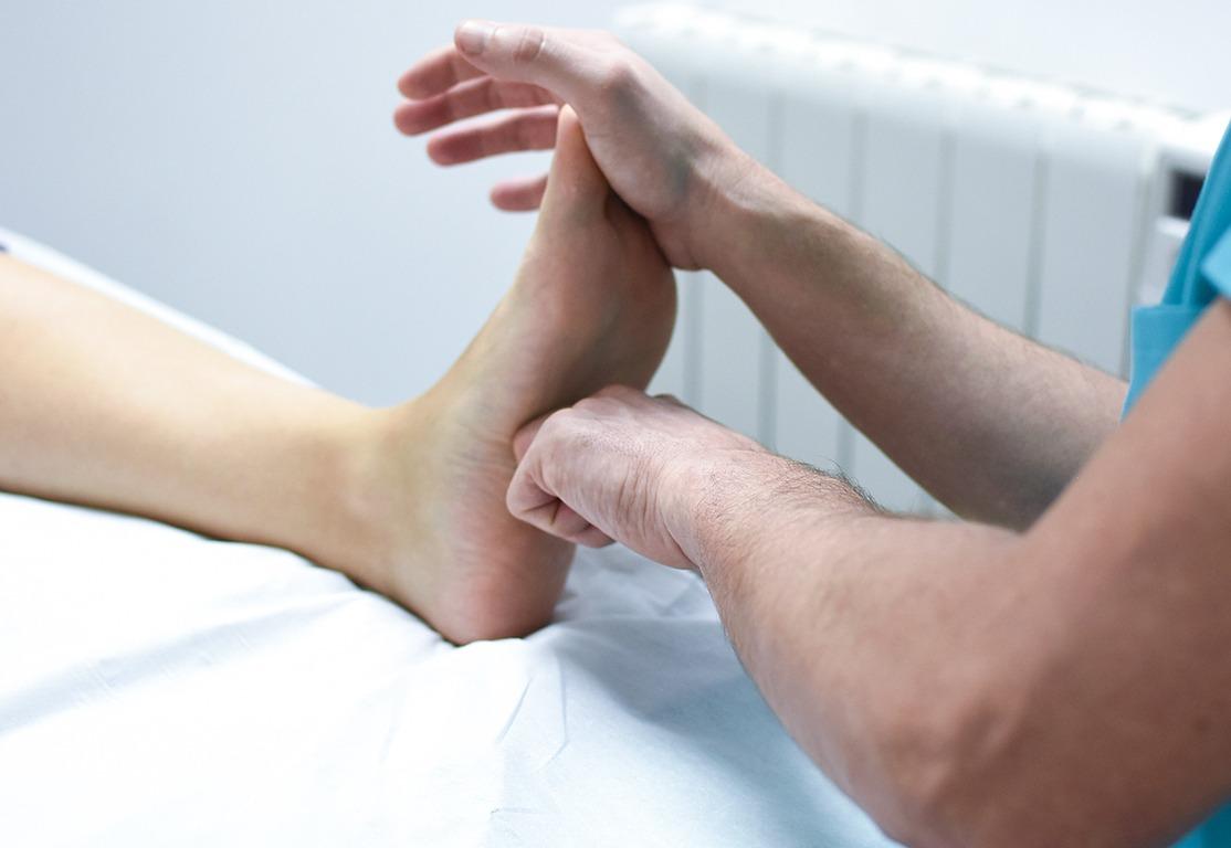 Tratamiento de Osteopatía aplicado en la zona de la planta del pie, generando una conexión directa con el resto del cuerpo.